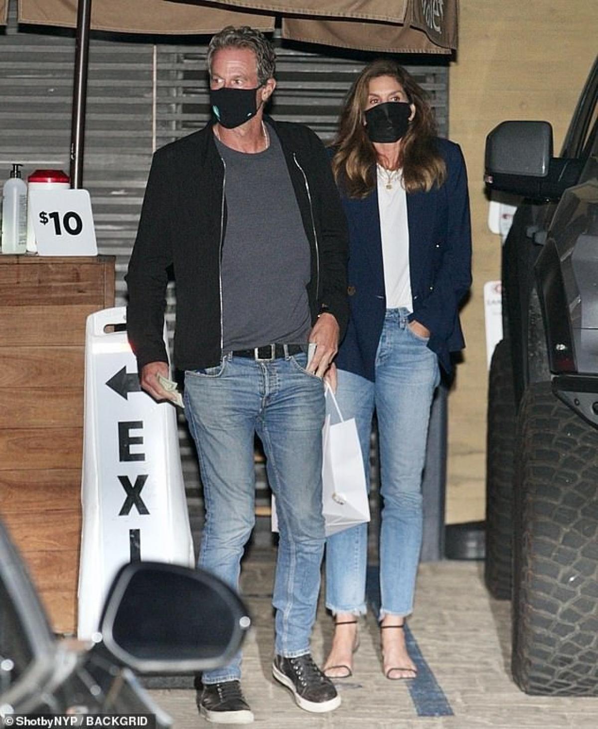 Cindy Crawford và ông xã Rande Gerber hẹn hò lãng mạn lúc tối muộn ở Malibu hôm 12/4, theo giờ địa phương.