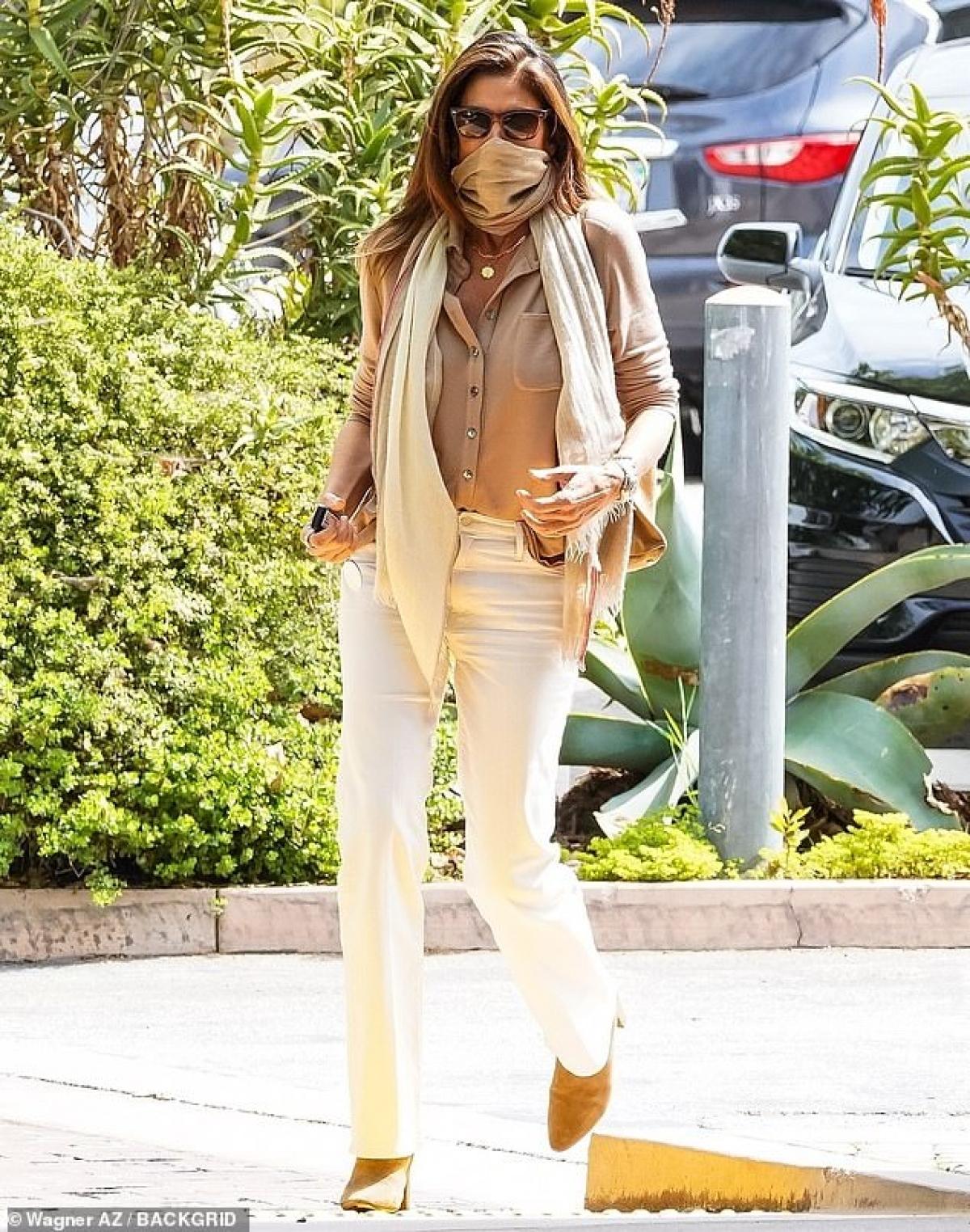 Cindy Crawford một mình đến nhà hàng của gia đình ở Malibu vào ngày 13/4 (giờ địa phương).
