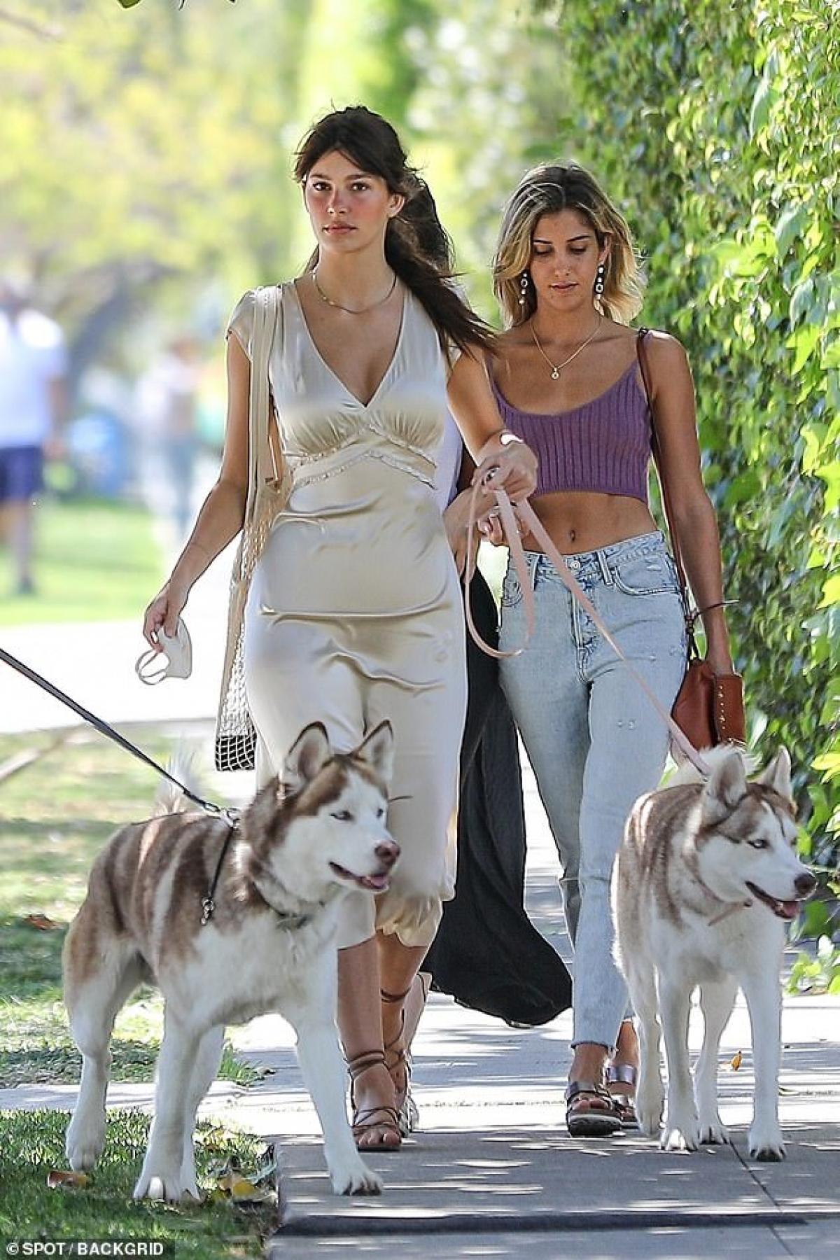 Mới đây, Camila Morrone vui vẻ dắt thú cưng đi dạo phố ở Los Angeles cùng một người bạn thân.