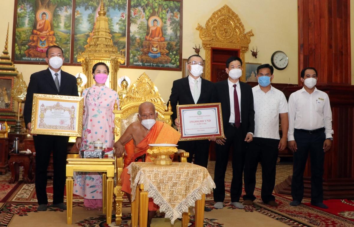 Các đại biểu chụp ảnh lưu niệm cùng Đại tăng thống Vua sư Tep Vong.