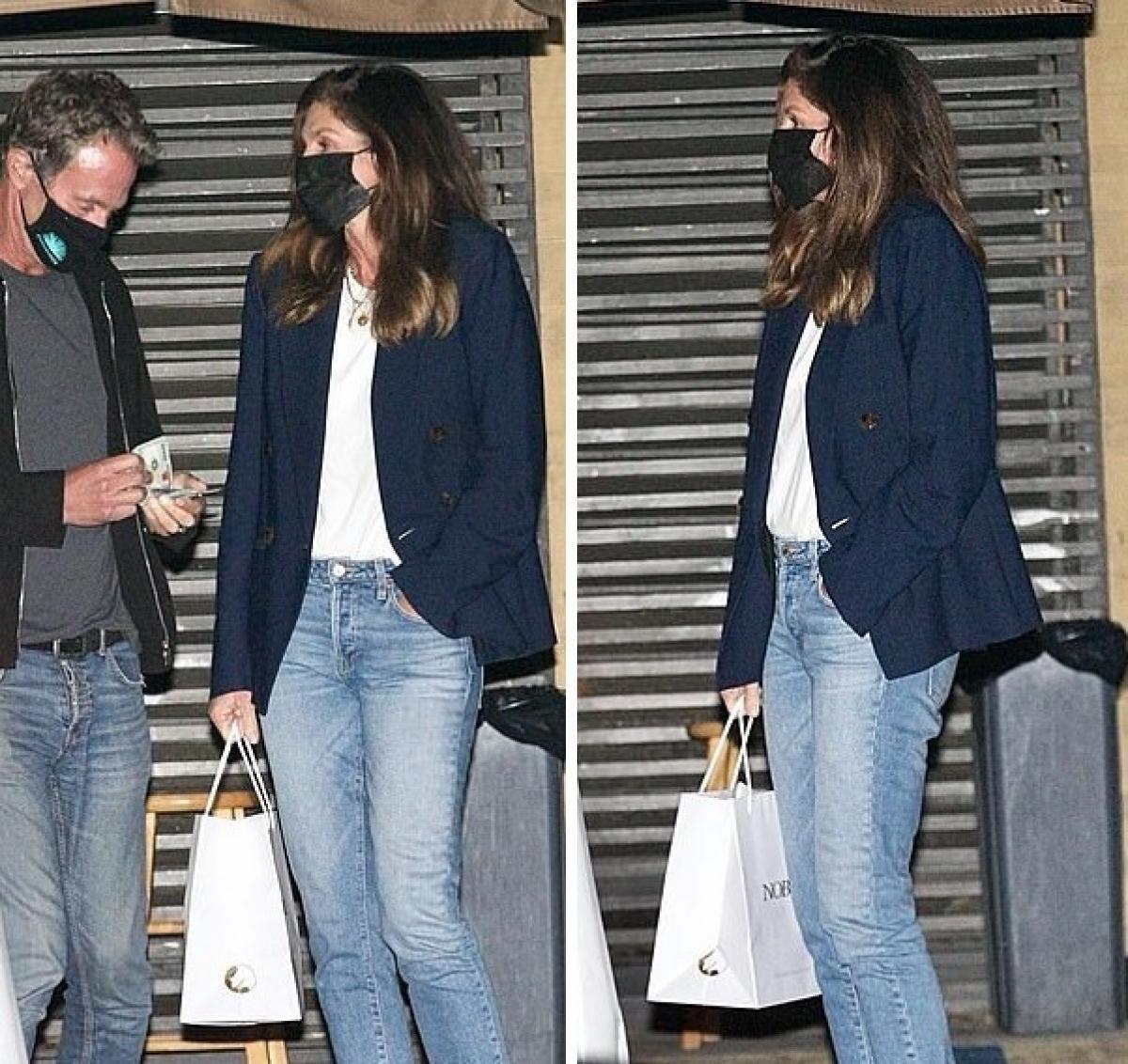 Cindy Crawford diện vest và quần jeans khỏe khoắn. Cô vui vẻ trò chuyện cùng chồng.
