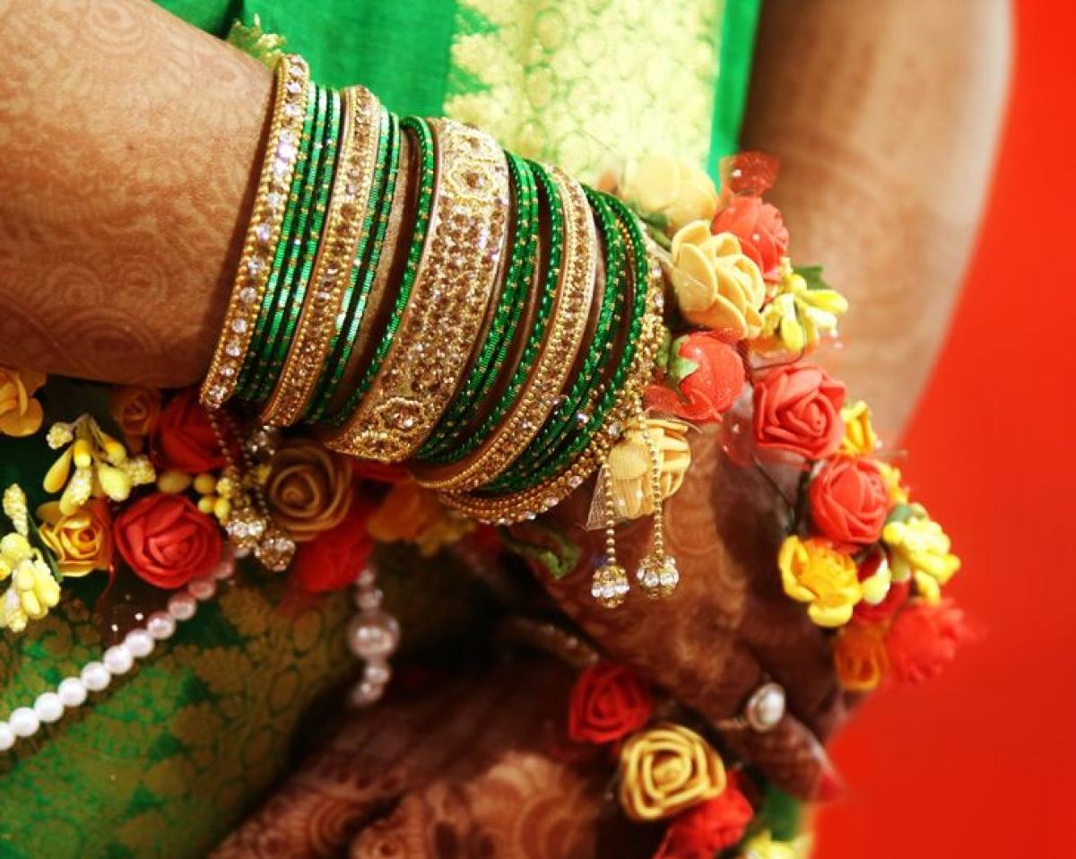 """Ởmột số vùng của Ấn Độ, người ta thường tổ chức một buổi lễ gọi là """"valaikaapu"""" để kỷ niệm những người phụ nữ đang mang bầu bước sang tháng thứ 7. Khi đó, thai phụ sẽ được đeo rất nhiều chiếc vòng lấp lánh ở cả hai tay theo số lẻ. Người Ấn Độ tin rằng những âm thanh vui tươi sẽ kích thích các giác quan và hoạt động não bộ của trẻ."""