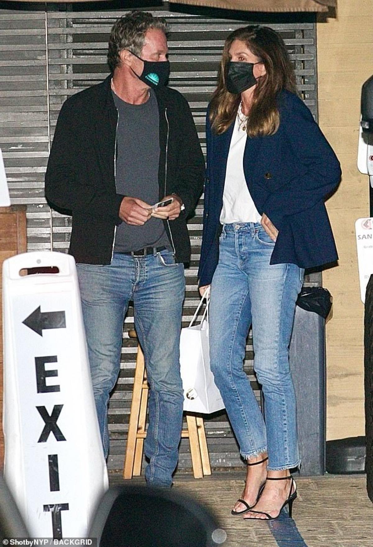 Cindy Crawford và ông xã Rande Gerber kết hôn năm 1998, đã có 23 năm hạnh phúc nhưng vẫn luôn dành cho nhau những cử chỉ ngọt ngào nhất.