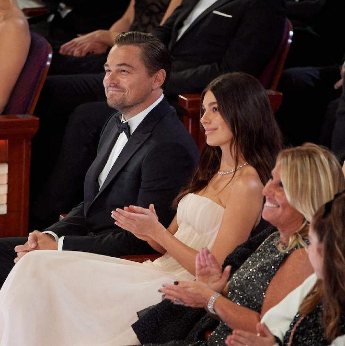 """Leonardo DiCaprio hẹn hò người đẹp gốc Argentina từ cuối năm 2017 khi cô mới 20 tuổi. Trong cuộc phỏng vấn với tờ Los Angeles Times, Camila Morrone hiếm hoi chia sẻ về chuyện tình với Leonardo: """"Rất nhiều cặp đôi ở Hollywood và trong lịch sử thế giới có khoảng cách tuổi tác lớn. Tôi chỉ nghĩ rằng mọi người đều có quyền được hẹn hò với người mà họ muốn hẹn hò""""./."""