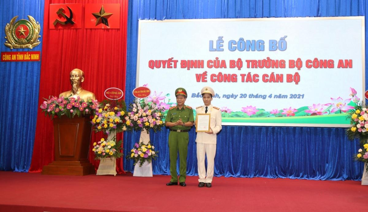Thượng tướng Lê Quý Vương trao Quyết định và chúc mừng Đại tá Bùi Duy Hưng