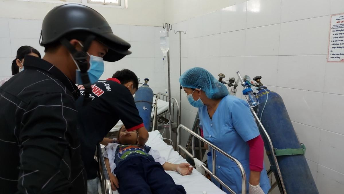 Các em học sinh được cấp cứu tại bệnh viện.