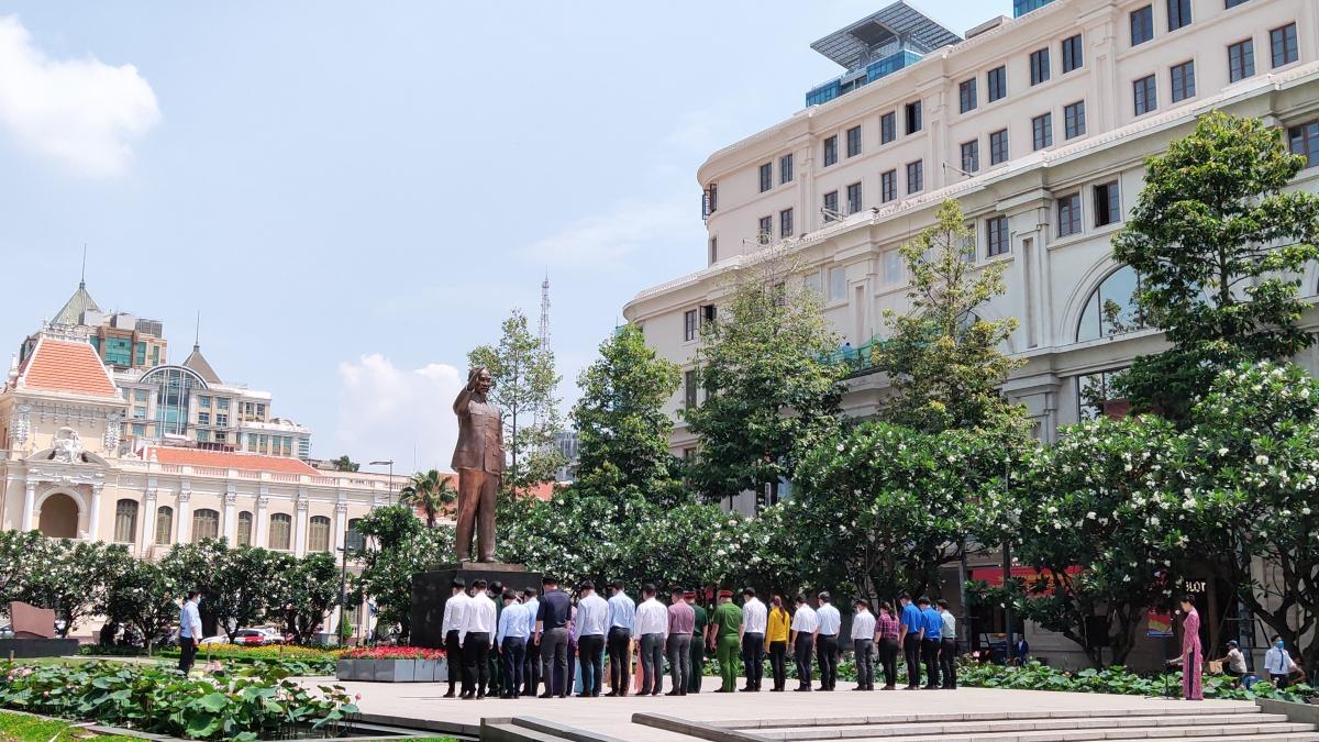 Các đoàn đại biểu dâng hoa và tưởng niệm tại tượng đài Chủ tịch Hồ Chí Minh.