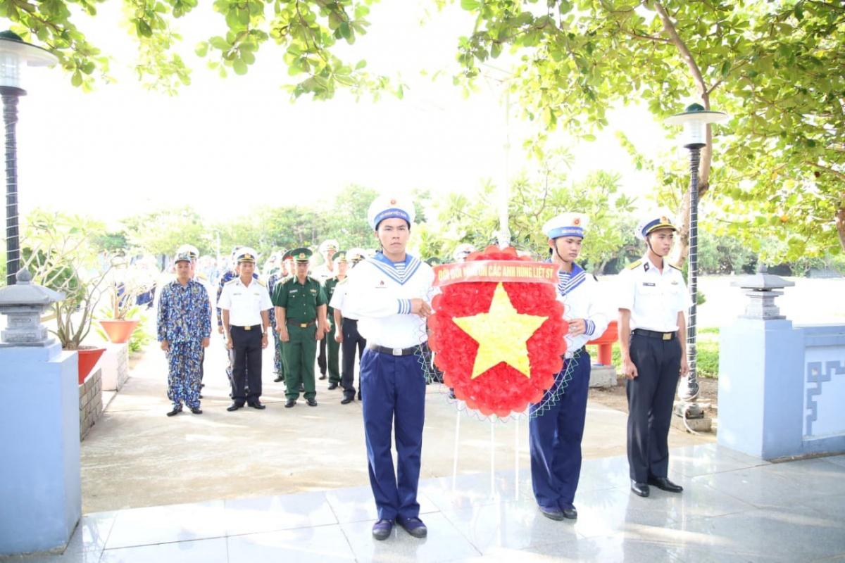 Các lực lượng trên đảo dâng hương tri ân các anh hùng liệt sĩ