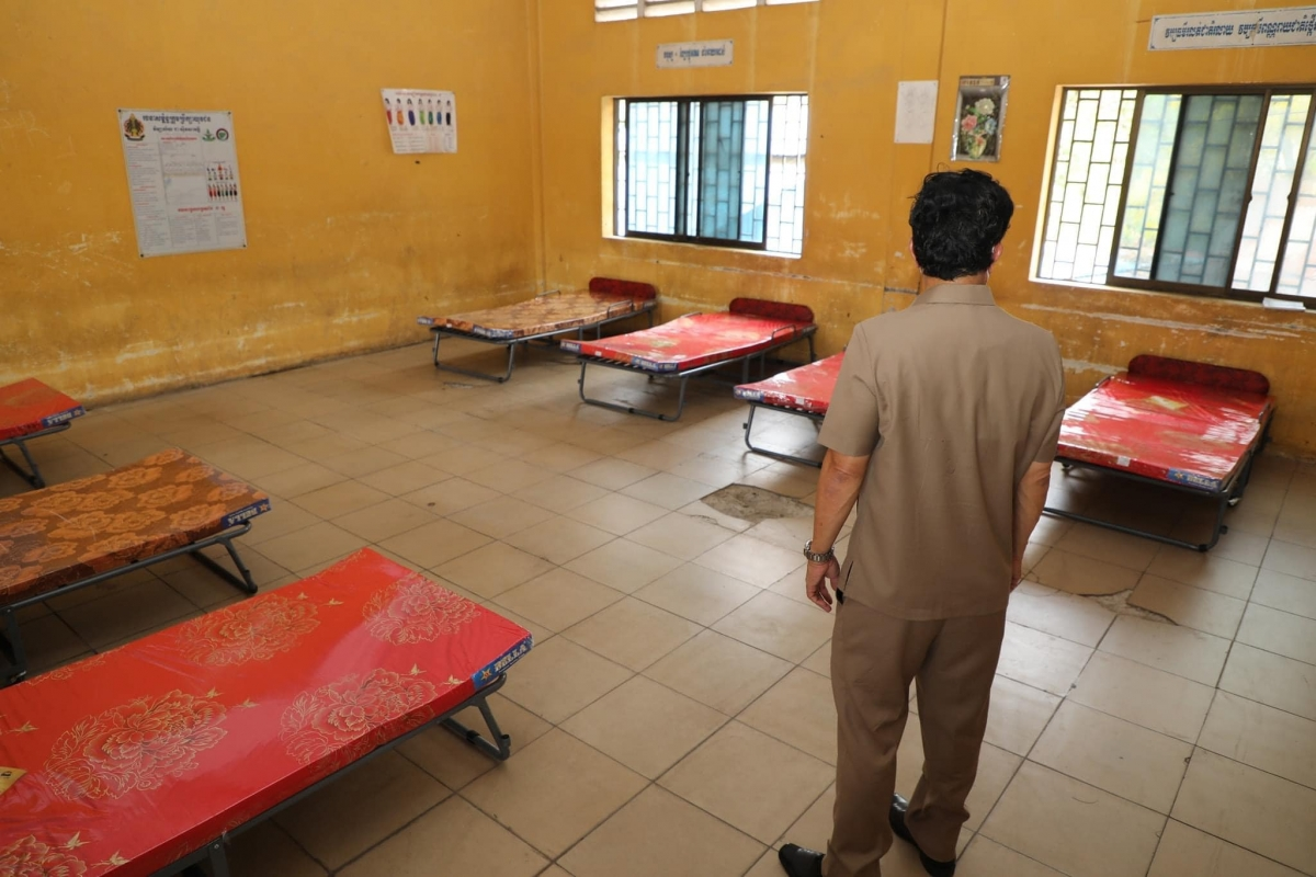 Đô trưởng Phnom Penh ông Khuong Sreng kiểm tra việc xây dựng bệnh viện dã chiến tại trường học