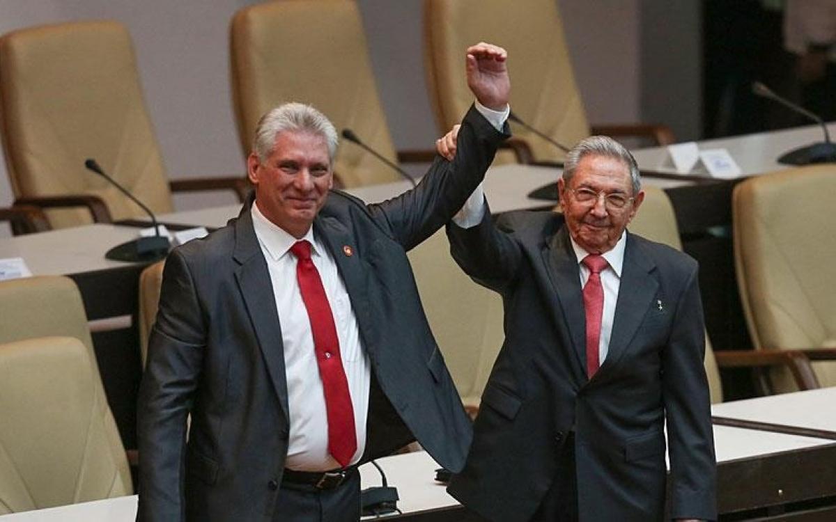 ÔngMiguel Diaz Canel (bên trái) và ông Raul Castro. Ảnh: Anadolul.