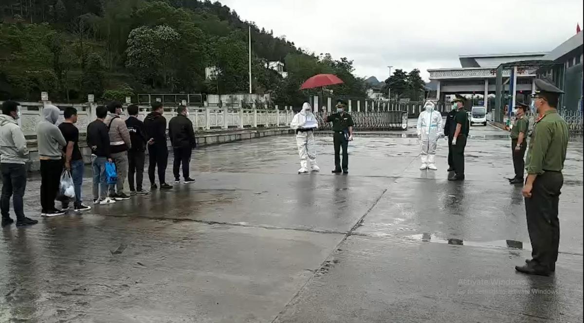 Cao Bằng trao trả 10 công dân Trung Quốc nhập cảnh trái phép vào Việt Nam  - Ảnh 1.