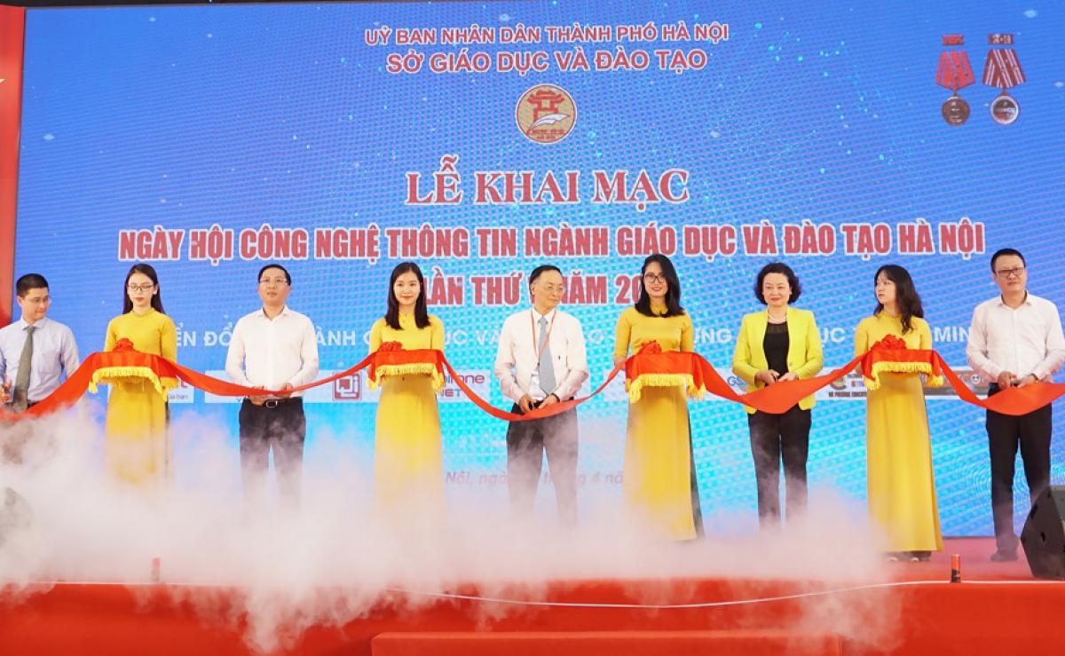 Lãnh đạo Sở GD-ĐT Hà Nội cắt băng khai mạc ngày hội. (Ảnh: HNM)