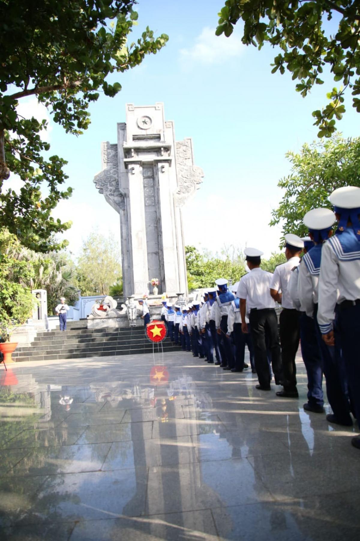 Dâng hương tưởng niệm các anh hùng liệt sĩ tại Trường Sa