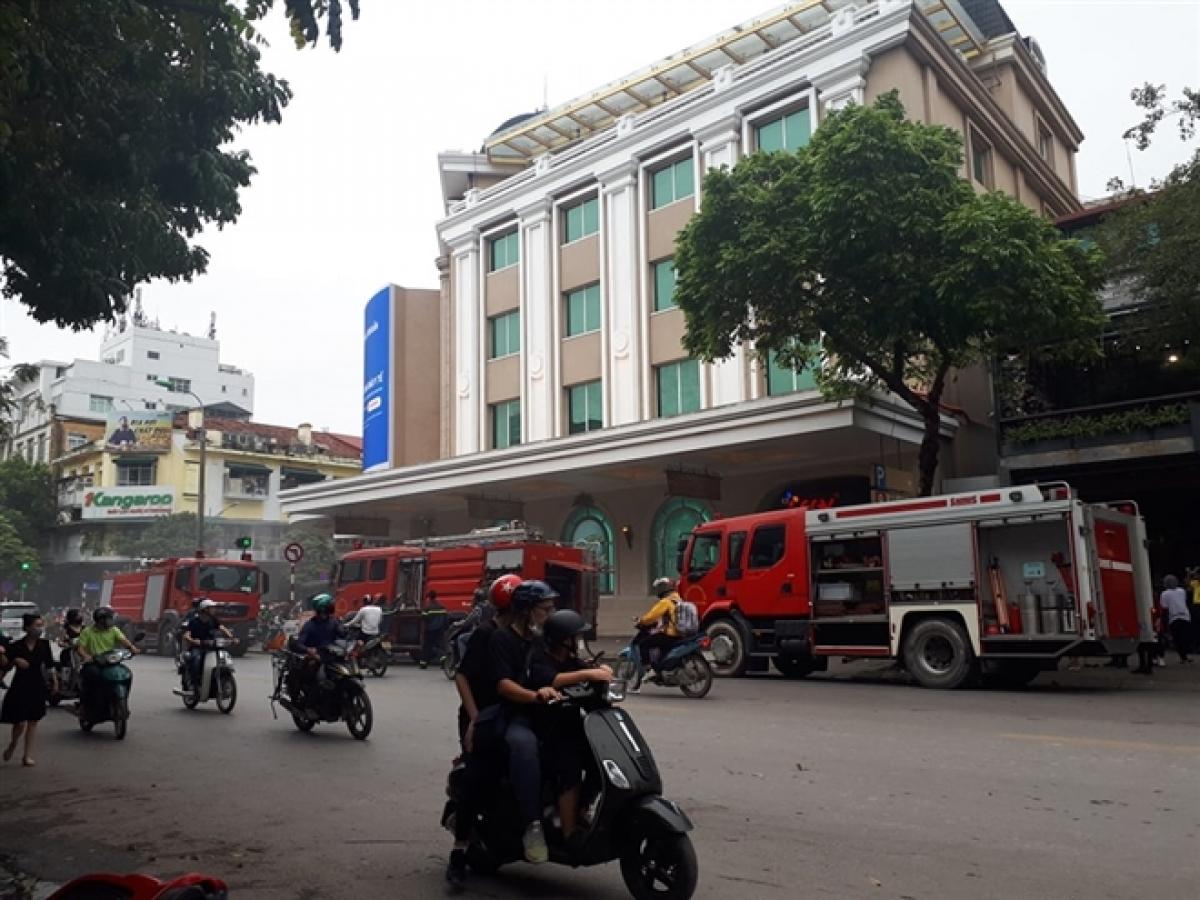 3 xe cứu hỏa cùng lực lượng PCCC được điều đến hiện trường.