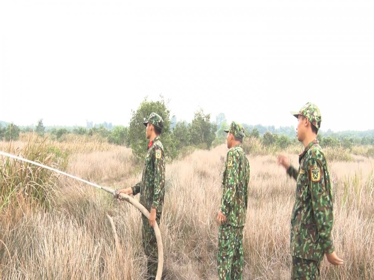 Các lực lượng tham gia chữa cháy rừng tràm