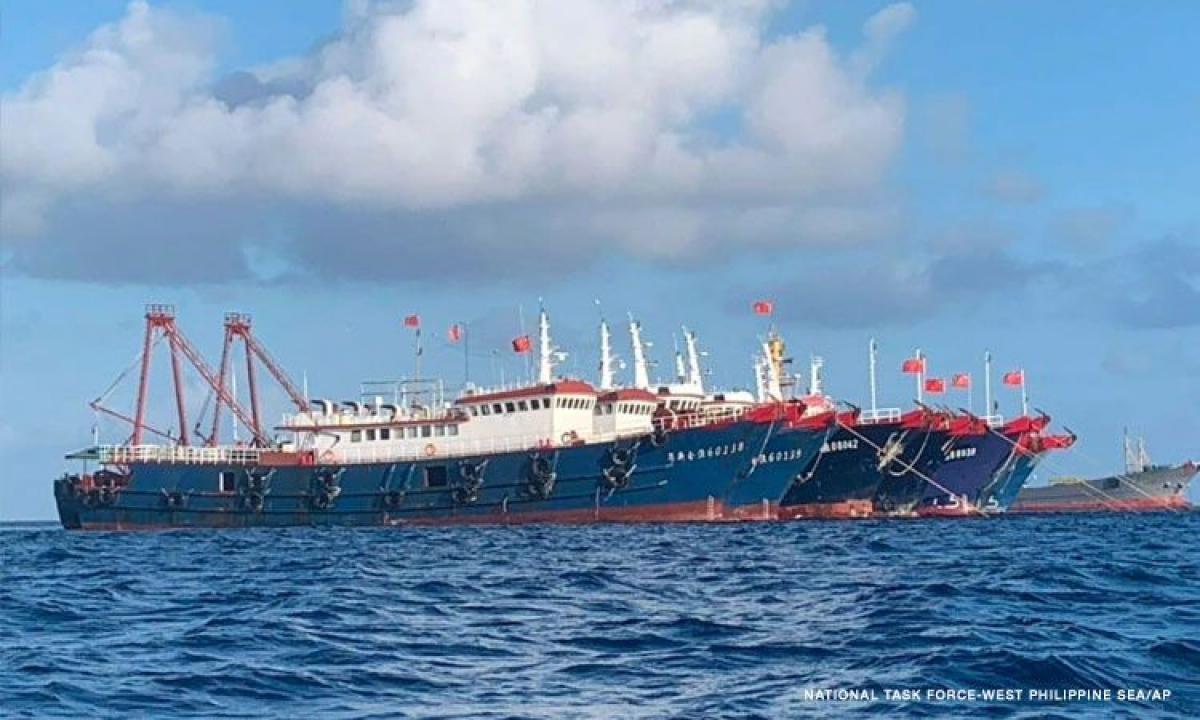 Các tàu Trung Quốc neo đậu thành hàng dài trên Biển Đông (Ảnh: Lực lượng đặc nhiệm Philippines)