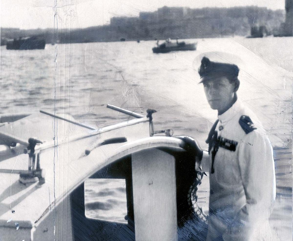 Philip trên thuyền đi ra chiến hạm HMS Chequers ở Malta năm 1949. Ông phục vụ trong hải quân Anh.
