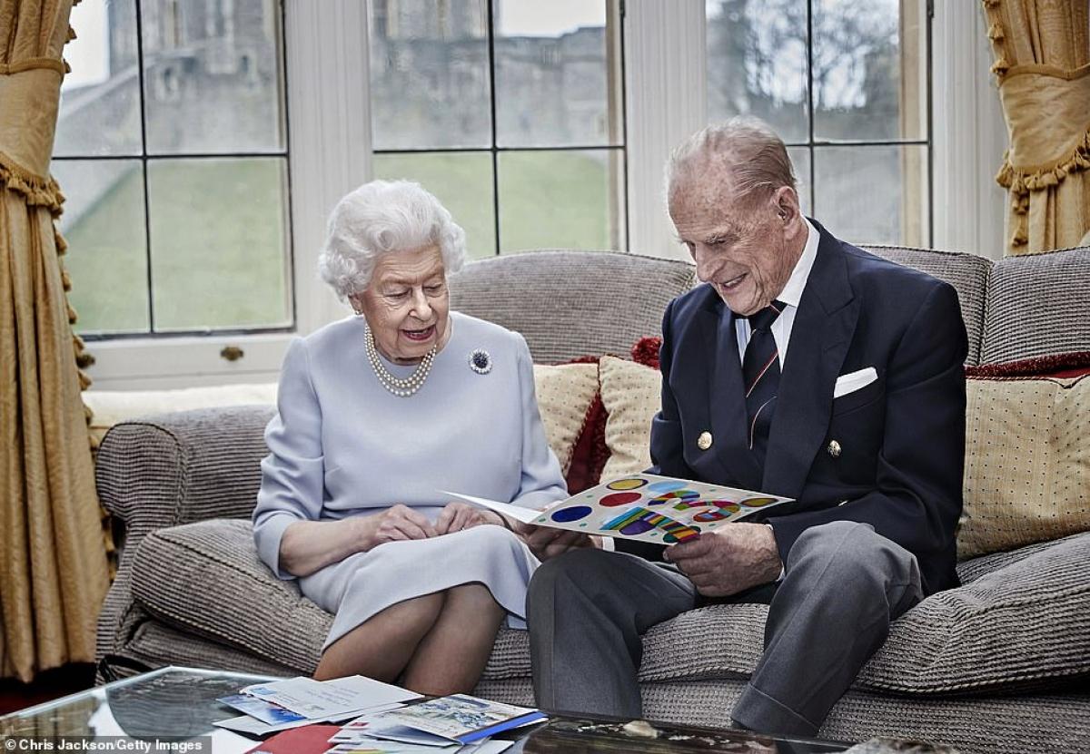 Bức ảnh cuối cùng về Philip bên Nữ hoàng Anh là vào tháng 11/2020, khi hai người cùng nhìn vào một bức thiệp thủ công được tặng cho họ nhân kỷ niệm 73 năm lễ cưới của 2 người.