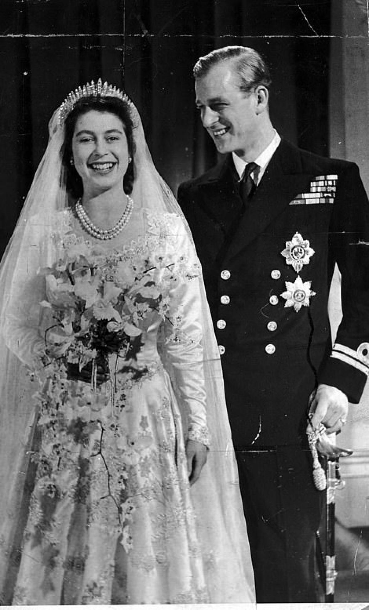 Philip và Elizabeth thời trẻ, trong đám cưới của hai người năm 1947.