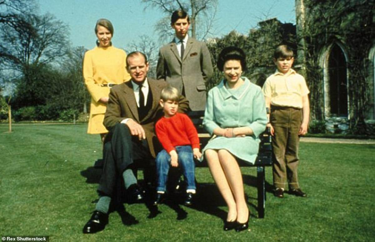 Philip-Elizabeth cùng các con tại Cung điện Buckingham năm 1968.