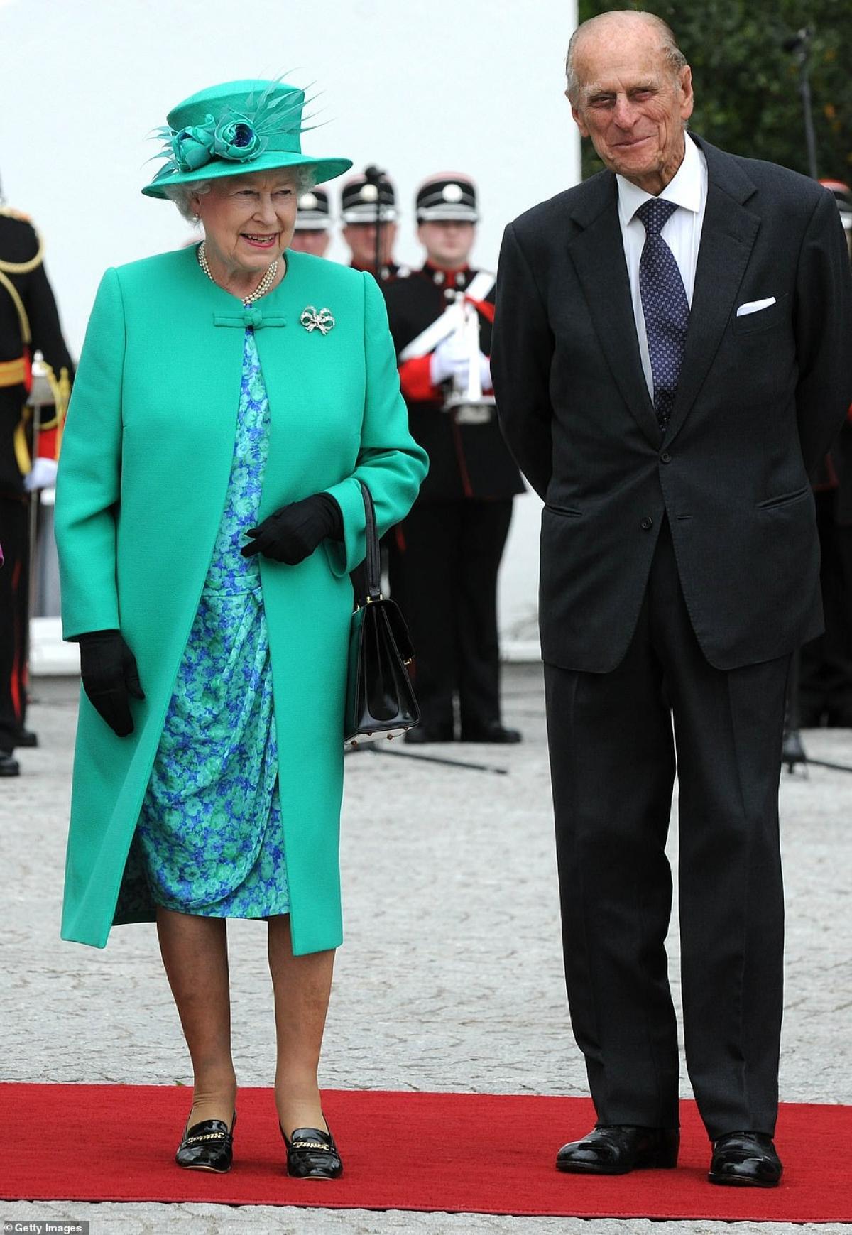 Nữ hoàng (chính xác là Nữ vương) Elizabeth và Công tước xứ Edinburg khi đến sân bay Baldonnel năm 2011 trong chuyến thăm Ireland.