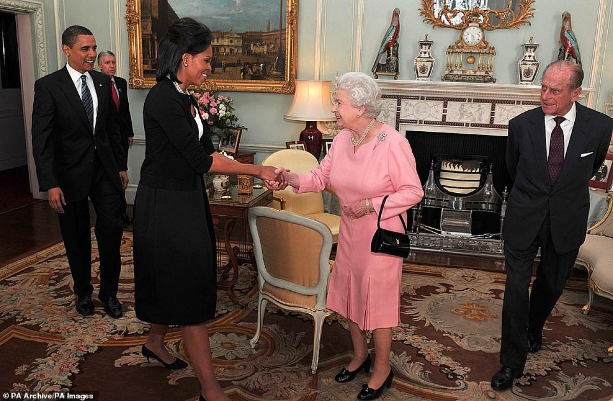 Nữ hoàng Elizabeth tiếp vợ chồng Tổng thống Mỹ Obama năm 1999. Phu quân Philip ở sát bên Nữ hoàng.