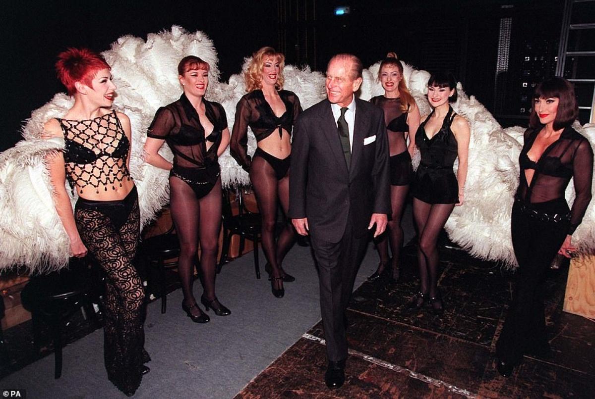 Công tước Philip xuất hiện bên cạnh các diễn viên Mỹ khi ông đến thăm một nhà hát ở London.
