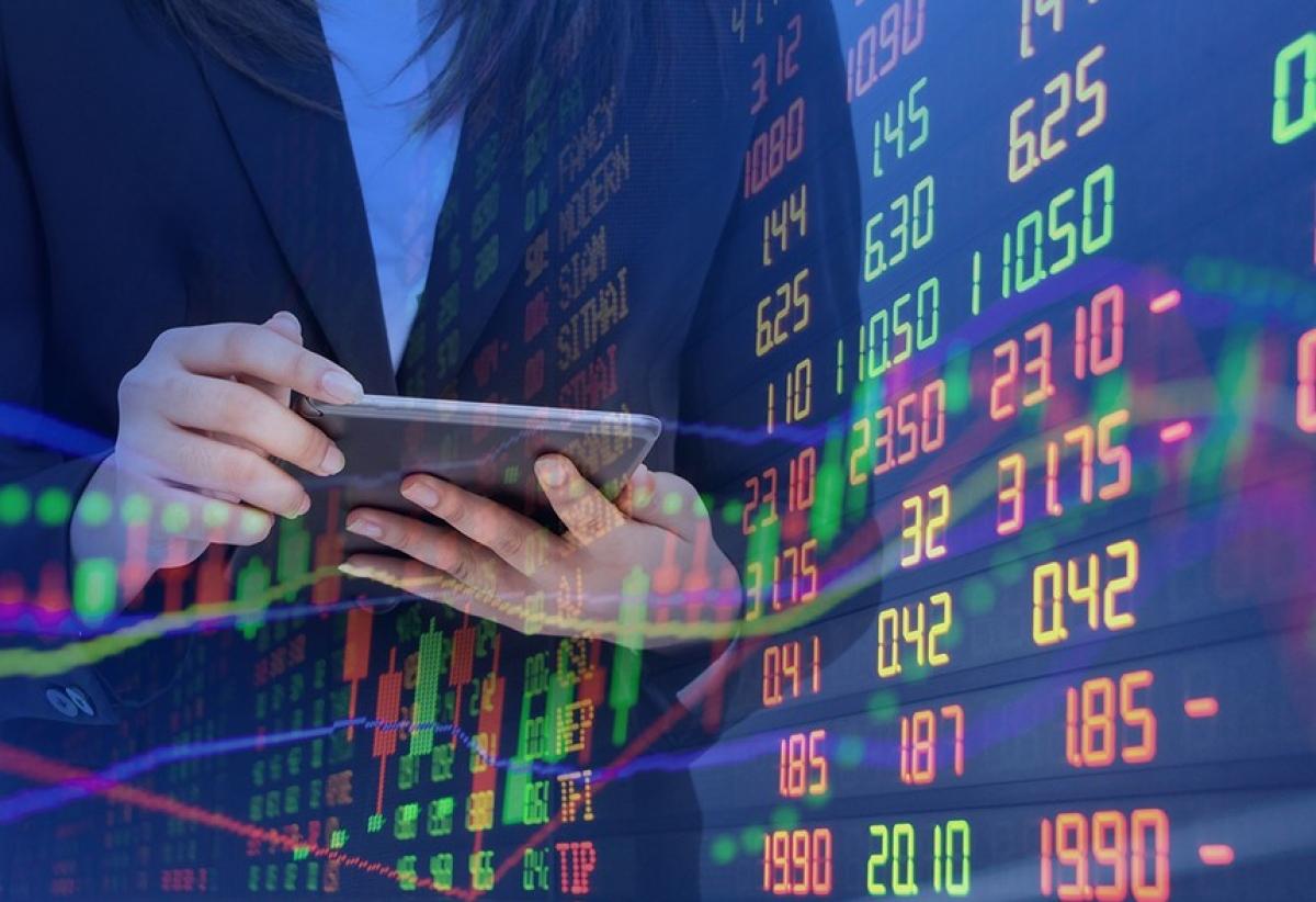 Trong khi dịch bệnh hoành hành, những kênh đầu tư khác gặp rủi ro cao thì thị trường chứng khoán lại hút dòng tiền. (Ảnh minh họa: KT)