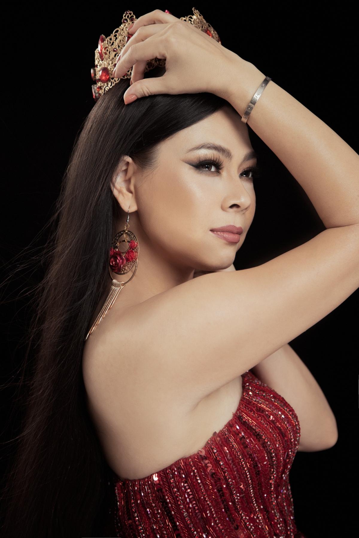 Cô lựa chọn váy đỏ lấp lánh, đeo vương miện đá quý tôn lên nét sang trọng.