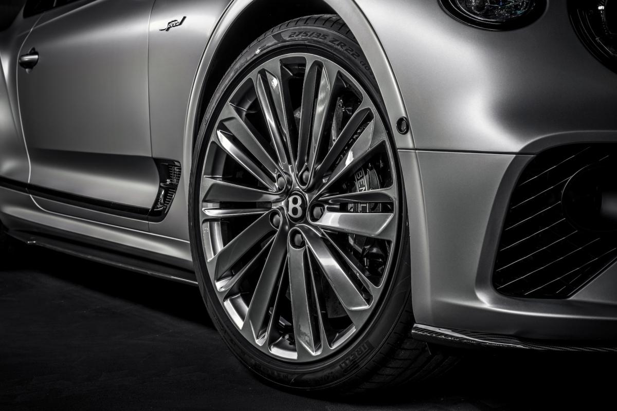 Để phân biệt với những chiếc Continental thông thường, bản Speed của xe sở hữu một số các chi tiết ngoại thất đặc biệt như lưới tản nhiệt, viền kính cửa sổ tối màu, ốp thân xe gân guốc hơn hơn cũng như logo Speed đặt hai bên hông.