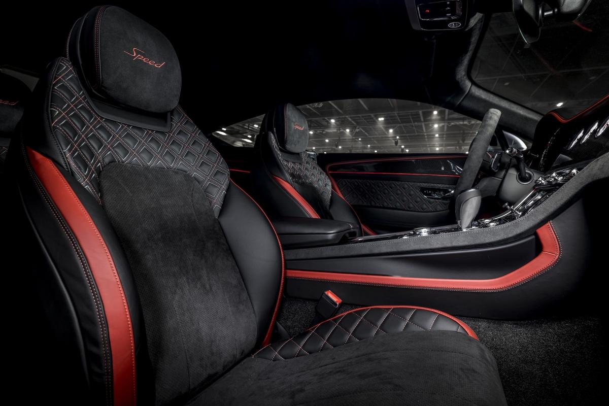 Đây cũng là mẫu xe đầu tiên của Bentley được bán ra với tùy chọn ốp nhôm phay bề mặt tối màu.