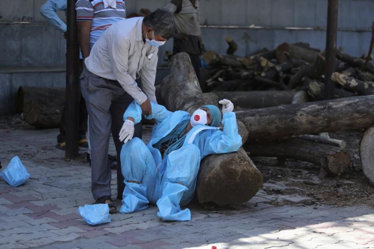 Người nhà than khóc khi bệnh nhân Covid-19 tử vong được đưa tới nhà hỏa táng tại Jammu, Ấn Độ. Ảnh: AP