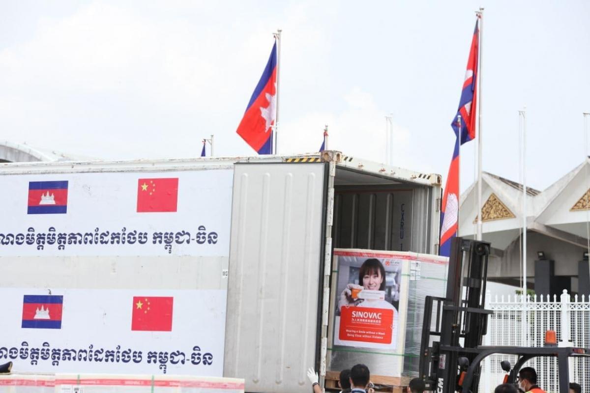 Campuchia đón nhận 500.000 liều Vaccine Sinovac từ Trung Quốc. Ảnh: Fresh News
