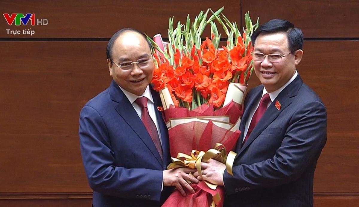 Chủ tịch Quốc hội Vương Đình Huệ tặng hoa Chủ tịch nước Nguyễn Xuân Phúc.