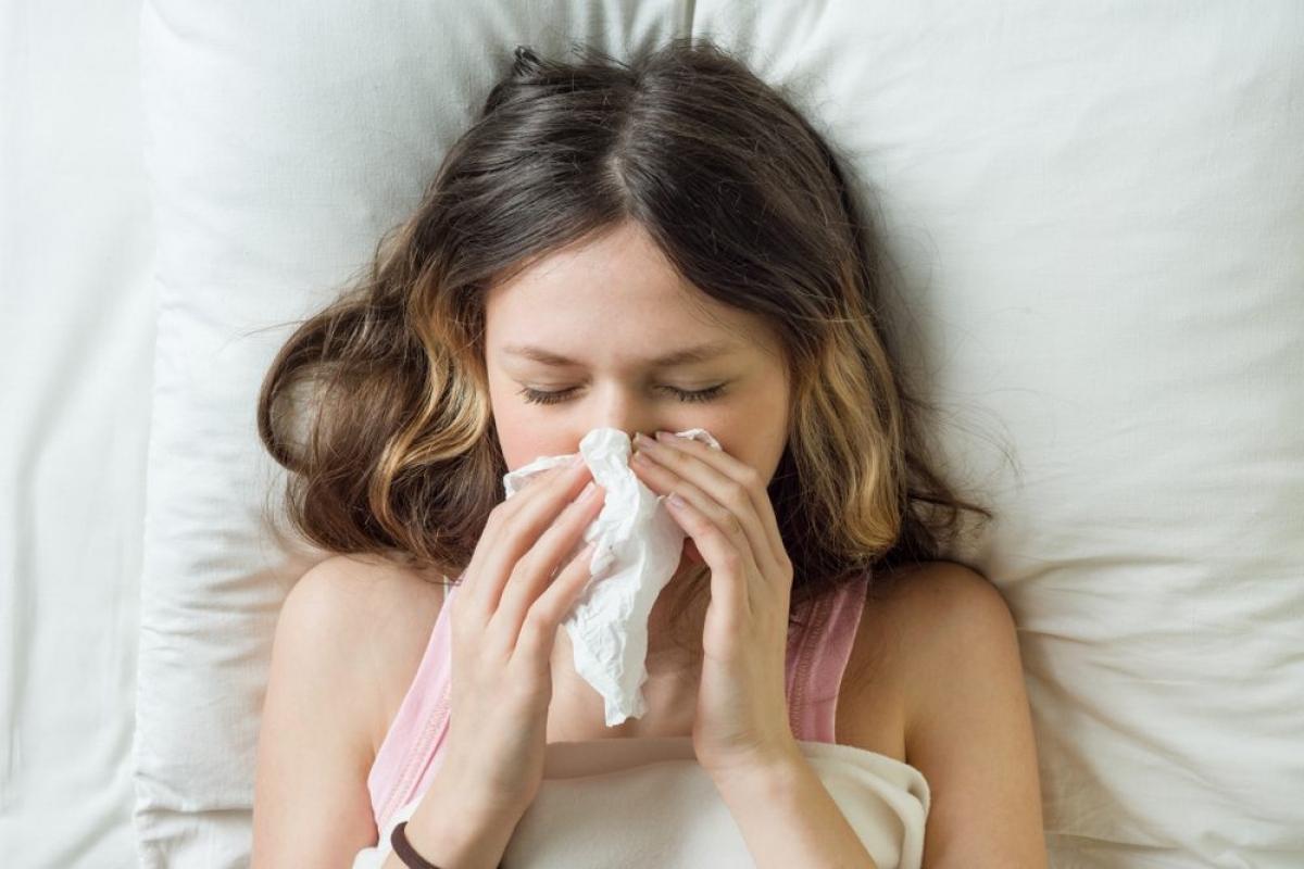 Triệu chứng cúm: Đôi khi bạn sẽ nhầm bệnh cúm với cơn cảm lạnh thông thường vì các triệu chứng tương tự. Tuy nhiên, các triệu chứng cảm lạnh có mức độ nhẹ hơn nhiều so với triệu chứng cúm. Khi bị cúm, bạn sẽ bị sổ mũi, rát họng, sốt cao, ớn lạnh, đau đầu và suy nhược.