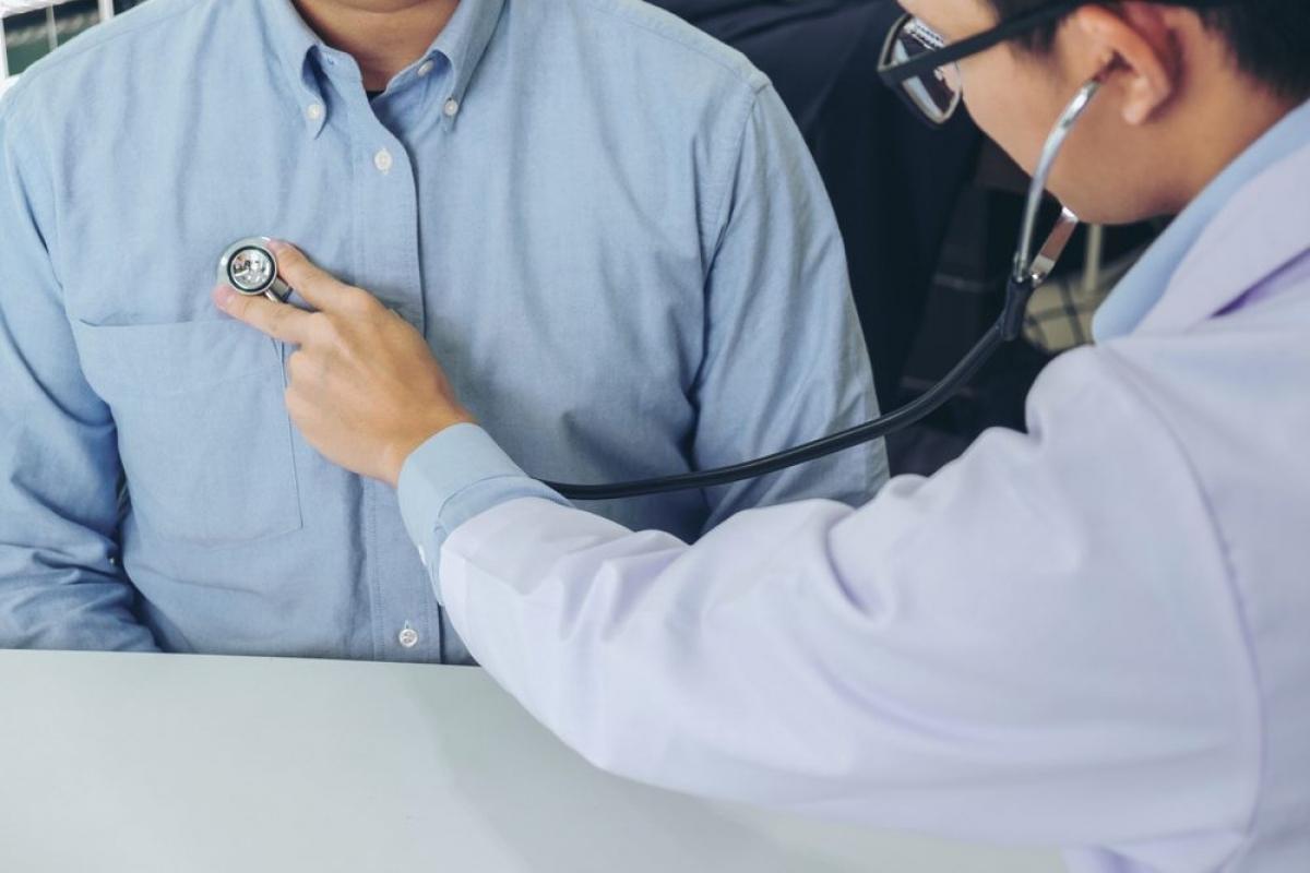 Khó thở: Khó thở hoặc thở gấp mà không phải do nghẹt mũi là những dấu hiệu cho thấy bạn đã gặp phải biến chứng của bệnh cúm. Các dạng nhiễm khuẩn thứ phát như viêm phổi có thể khiến bạn gặp phải tình trạng này.