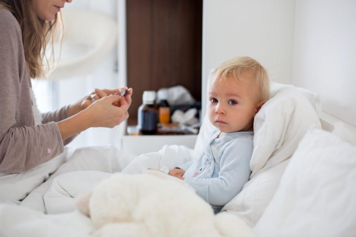 Trẻ sơ sinh: Trẻ em dưới 5 tuổi, đặc biệt là trẻ sơ sinh, có nguy cơ mắc biến chứng cúm cao. Nếu bạn thấy trẻ bị khó thở, da đổi sang màu xanh tái, cáu gắt, sốt cao và mẩn đỏ, không chịu uống nước hoặc sữa, hoặc có các triệu chứng cúm thuyên giảm rồi lại trở nặng, bạn cần đưa trẻ đến các cơ sở y tế ngay.