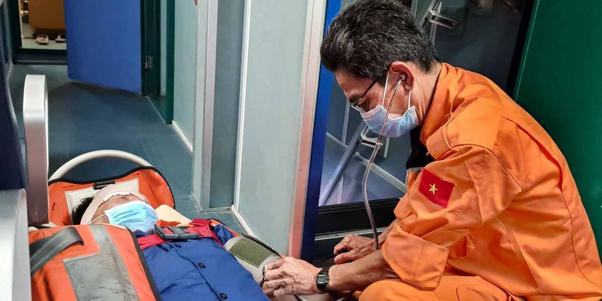Bác sĩ trên tàu SAR 274 kiểm tra sức khỏe nạn nhân