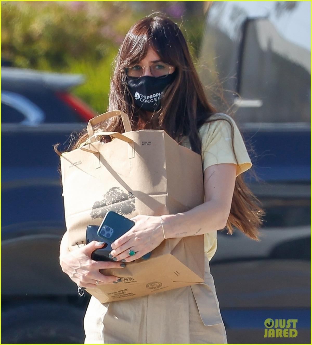 """Nữ diễn viên """"50 sắc thái"""" mặc đồ giản dị, đeo khẩu trang cẩn thận ra phố trong thời điểm dịch bệnh."""