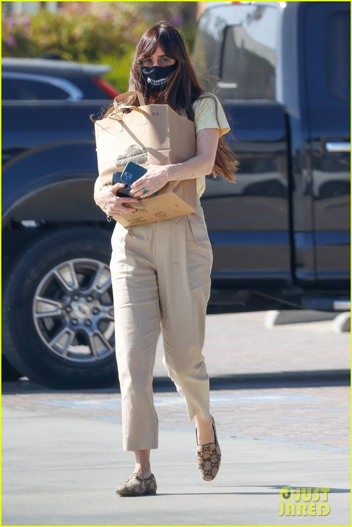Cả Dakota Johnson và Chris Martin đều rất kín tiếng trong chuyện tình cảm.