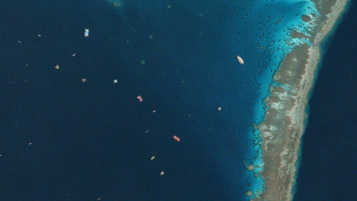 Tàu Trung Quốc xuất hiện ở khu vực Đá Ba Đầu thuộc cụm Sinh Tồn, quần đảo Trường Sa ở Biển Đông. Ảnh: Twitter.