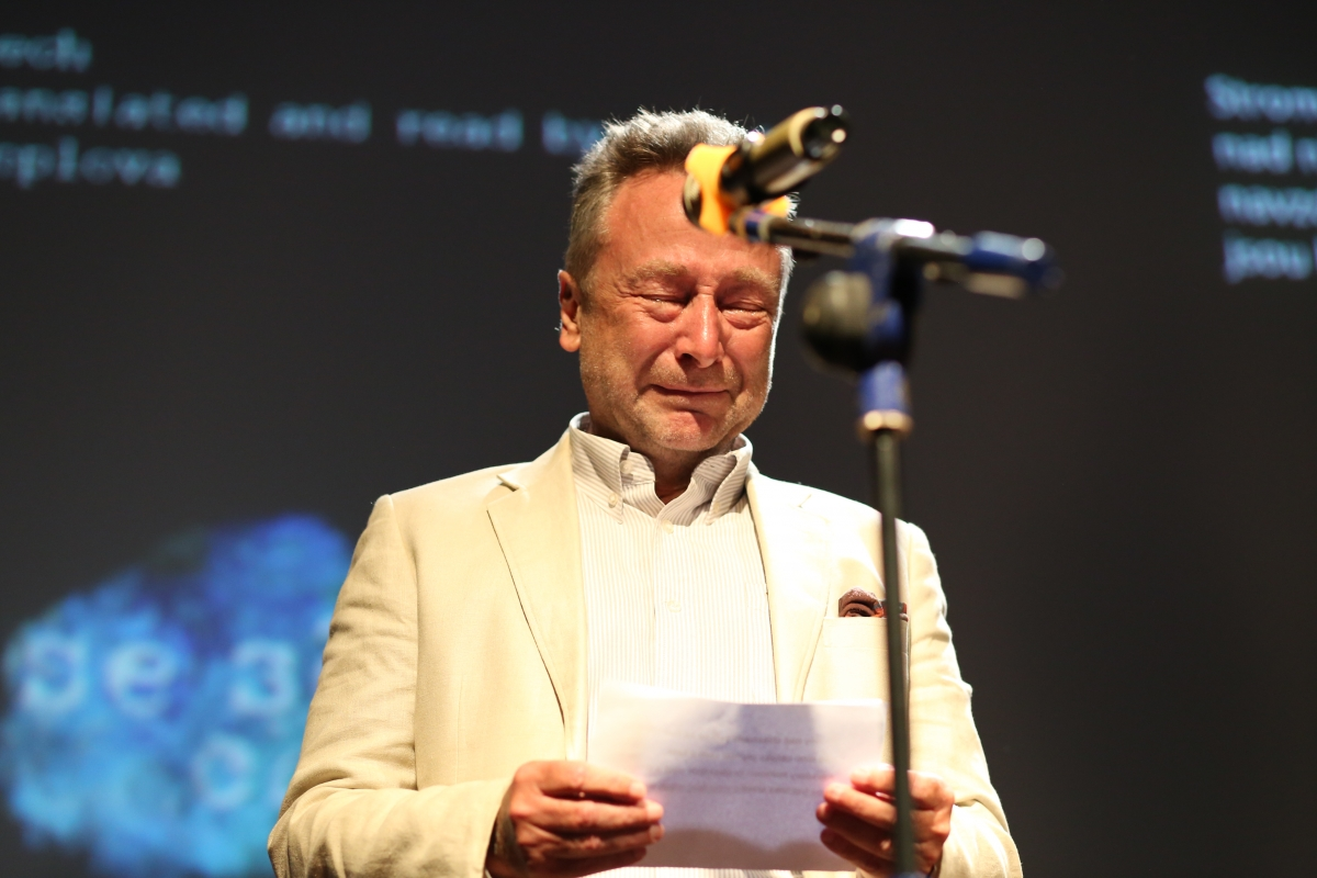 """Ngài đại sứ Séc - Vitezslav Grepl xúc động bật khóc khi tham gia đọc tác phẩm """"Mây trắng của đời tôi"""" bằng ngôn ngữ Séc."""