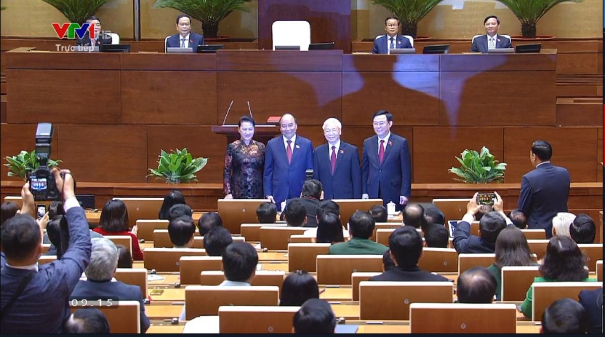 Sau lễ nhậm chức, Chủ tịch nước Nguyễn Xuân Phúc chụp ảnh chung với Tổng Bí thư Nguyễn Phú Trọng, Chủ tịch Quốc hội Vương Đình Huệ và Nguyên Chủ tịch Quốc hội Nguyễn Thị Kim Ngân.