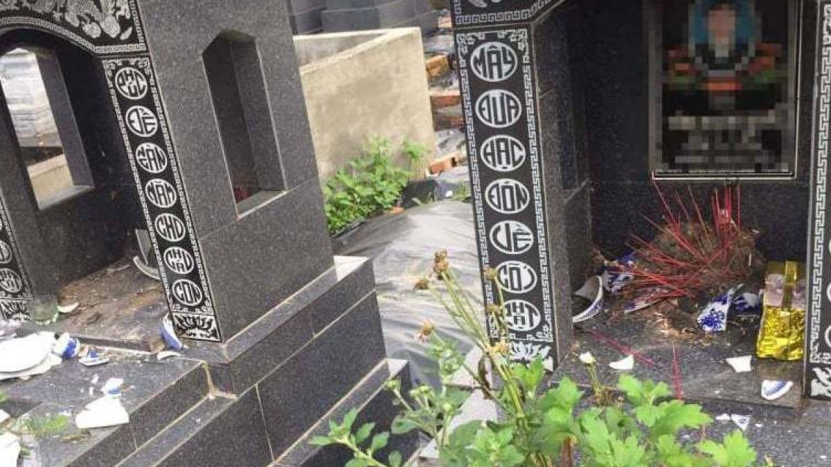 Hàng loạt ngôi mộ tại nghĩa trang thôn Hà Phương (xã Thắng Thủy, huyện Vĩnh Bảo, TP Hải Phòng) bị kẻ xấu đập phá.