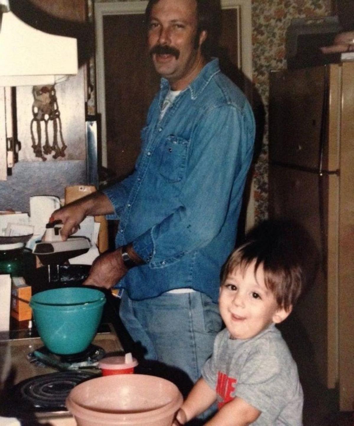 Cha dạy con cách làm món bánh mỳ ngô.