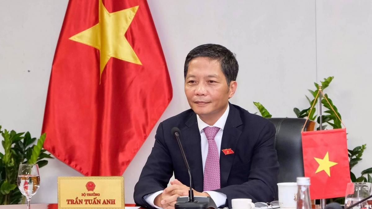 Ủy viên Bộ Chính trị, Trưởng Ban Kinh tế Trung ương, Bộ trưởng Bộ Công Thương, Chủ tịch Hội đồng Thương mại và Đầu tư Việt Nam – Mỹ (TIFA) Trần Tuấn Anh tại cuộc điện đàm.
