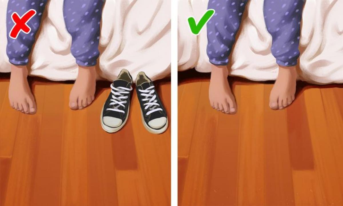 Giày mang rất nhiều vi khuẩn và bụi bẩn và với không gian kín như phòng ngủ, chúng có thể ảnh hưởng đến sức khỏe của bạn. Hãy cất giày ở giá để giày hoặc nơi chứa riêng để bảo vệ sức khỏe của bạn.