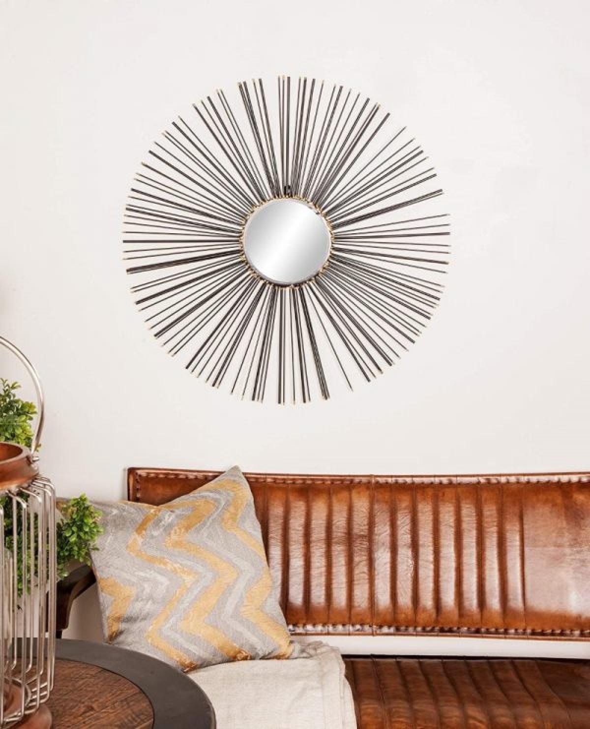 Gương là một món đồ nội thất không thể thiếu trong mỗi căn nhà. Ngoài công dụng, nó còn được coi là món nội thất trang trí tinh tế, thể hiện gu và sở thích của chủ nhân. Gương lấy cảm hứng từ những tia nắng mặt trời lấp lánh, chế tác bằng kim loại thực sự trở thành tác phẩm nghệ thuật trong căn nhà.