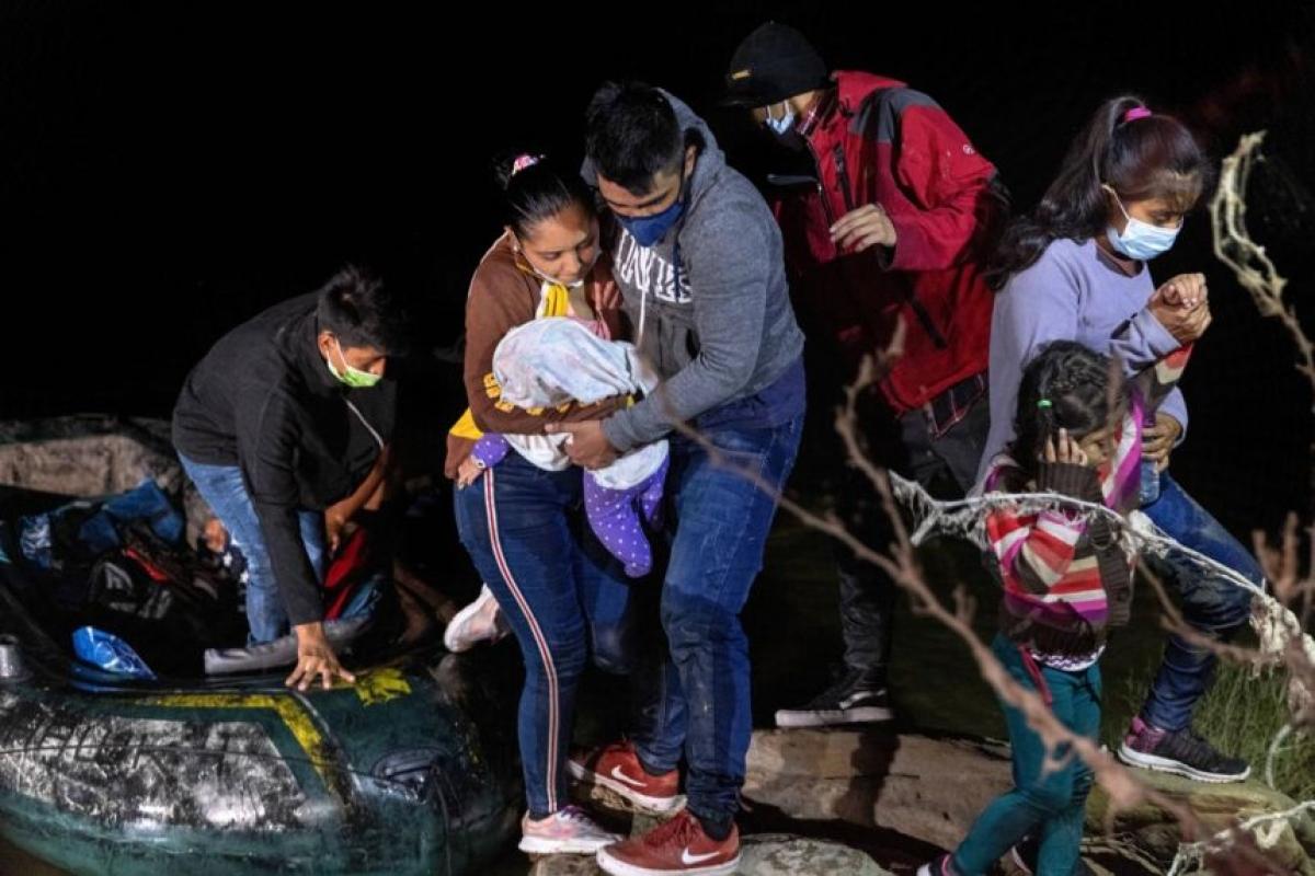 Ước tính, những kẻ buôn người, đưa người di cư bất hợp pháp ở Bắc Mỹ kiếm được tới 4,2 tỷ USD mỗi năm. Ảnh: AFP
