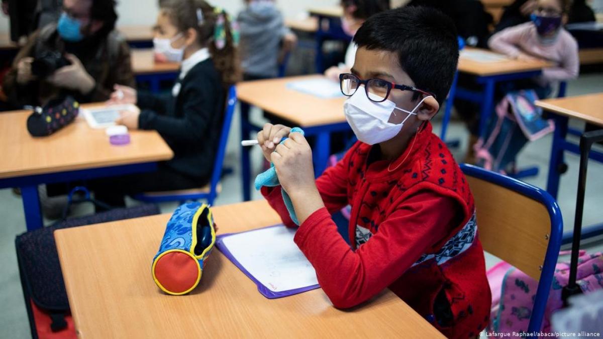 Đeo khẩu trang cho học sinh là quy định bắt buộc trong các trường học ở Pháp. Ảnh: Deutsche Welle
